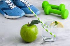 Composição do esporte com a maçã de vidro da água do material desportivo Fotos de Stock Royalty Free