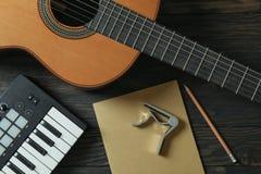 Composição do fabricante da música no fundo de madeira fotografia de stock