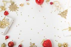 Composição do feriado do Natal Teste padrão dourado criativo festivo, bola do feriado da decoração do ouro do xmas com fita, floc imagem de stock