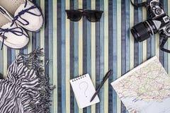 Composição do fundo de cima por das férias de verão com câmera do vintage, óculos de sol, sapatas brancas, foulard listrado, mapa imagem de stock