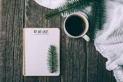Composição do inverno e do outono Vista superior do caderno do vintage com árvore e lápis de abeto, decorada com xícara de café Imagens de Stock Royalty Free