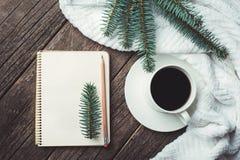 Composição do inverno e do outono Vista superior do caderno do vintage com árvore e lápis de abeto, decorada com xícara de café Fotos de Stock Royalty Free