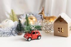 Composição do Natal, ano novo - carro do brinquedo com a árvore dos chtistmas na parte superior imagem de stock