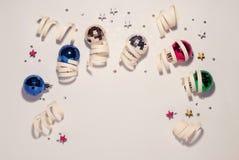 Composição do Natal, brinquedos do Natal dentro imagem de stock