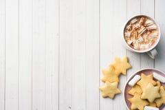 Composição do Natal Chocolate quente e bolinhos Natal, conceito do inverno Configuração lisa, vista superior fotos de stock royalty free