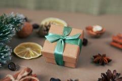 Composição do Natal com caixa de presente Fim acima Imagens de Stock