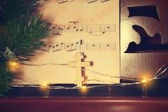 Composição do Natal com cruz de madeira imagem de stock royalty free