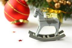 Composição do Natal com o cavalo de balanço de madeira do brinquedo Fotos de Stock Royalty Free