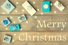 Composição do Natal com o Feliz Natal da inscrição Caixas de presente brancas e azuis decoradas com curvas festive ilustração do vetor