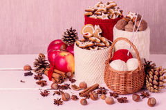 Composição do Natal com os frascos feitos malha para a cookie, maçãs, spic Fotos de Stock