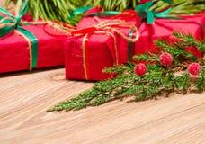 Composição do Natal com presentes e ramo do cipreste Imagens de Stock