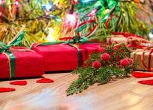Composição do Natal com presentes e ramo do cipreste Fotografia de Stock