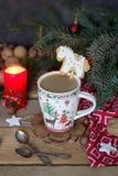 Composição do Natal com uma caneca do café, cavalo do pão-de-espécie, com uma vela, ramos do abeto e decorações do Natal fotos de stock