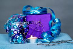 Composição do Natal com vela papel feito à mão do Natal e ofício da vela das etiquetas Foto de Stock