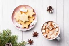 Composição do Natal Cookies do chocolate quente, ramos do pinho, varas de canela, estrelas do anis Natal, conceito do inverno Con fotos de stock