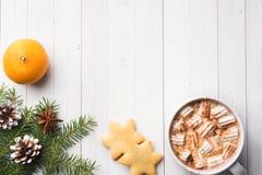 Composição do Natal Cookies do chocolate quente, ramos do pinho, varas de canela, estrelas do anis Natal, conceito do inverno Con foto de stock