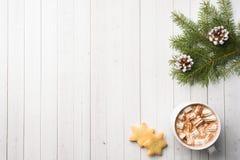 Composição do Natal Cookies do chocolate quente, ramos do pinho, varas de canela, estrelas do anis Natal, conceito do inverno Con fotografia de stock royalty free
