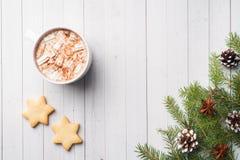 Composição do Natal Cookies do chocolate quente, ramos do pinho, varas de canela, estrelas do anis Natal, conceito do inverno Con foto de stock royalty free