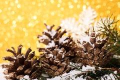 A composição do Natal da árvore de Natal brinca em um fundo do ouro Fotografia de Stock