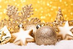A composição do Natal da árvore de Natal brinca em um fundo do ouro Fotos de Stock