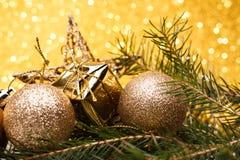 A composição do Natal da árvore de Natal brinca em um fundo do ouro Foto de Stock Royalty Free