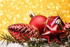 A composição do Natal da árvore de Natal brinca em um fundo do ouro Imagens de Stock Royalty Free