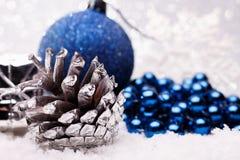 A composição do Natal da árvore de Natal brinca em um fundo de prata Fotos de Stock