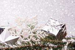 A composição do Natal da árvore de Natal brinca em um fundo de prata Imagens de Stock Royalty Free