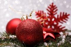 A composição do Natal da árvore de Natal brinca em um fundo de prata Fotos de Stock Royalty Free