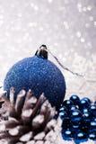 A composição do Natal da árvore de Natal brinca em um fundo de prata Imagem de Stock