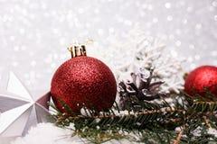 A composição do Natal da árvore de Natal brinca em um fundo de prata Fotografia de Stock Royalty Free