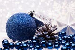 A composição do Natal da árvore de Natal brinca em um fundo de prata Foto de Stock Royalty Free
