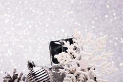 A composição do Natal da árvore de Natal brinca em um fundo de prata Fotografia de Stock