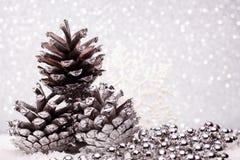 A composição do Natal da árvore de Natal brinca em um fundo de prata Foto de Stock