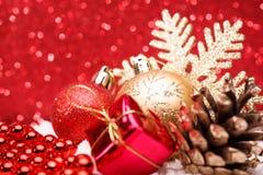 A composição do Natal da árvore de Natal brinca em um fundo vermelho Fotografia de Stock Royalty Free