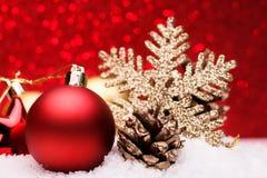 A composição do Natal da árvore de Natal brinca em um fundo vermelho Foto de Stock