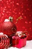 A composição do Natal da árvore de Natal brinca em um fundo vermelho Imagens de Stock