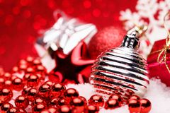 A composição do Natal da árvore de Natal brinca em um fundo vermelho Fotografia de Stock