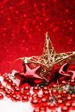 A composição do Natal da árvore de Natal brinca em um fundo vermelho Imagens de Stock Royalty Free