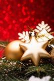 A composição do Natal da árvore de Natal brinca em um fundo vermelho Imagem de Stock