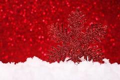 A composição do Natal da árvore de Natal brinca em um fundo vermelho Fotos de Stock