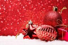A composição do Natal da árvore de Natal brinca em um fundo vermelho Foto de Stock Royalty Free