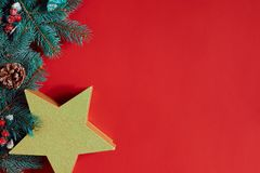 Composição do Natal de cones do pinho, de ramos spruce e de pilha de caixas de presente no fundo vermelho imagens de stock