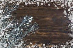 Composição do Natal de ramos do abeto e de bagas do viburnum em um fundo de madeira Imagem de Stock