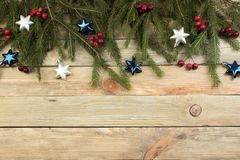 Composição do Natal de ramos do abeto e de bagas do viburnum em um fundo de madeira Vista superior com espaço da cópia Foto de Stock