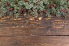 Composição do Natal de ramos do abeto e de bagas do viburnum em um fundo de madeira Vista superior com espaço da cópia Fotografia de Stock