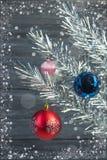 Composição do Natal de ramos do abeto e bolas do Natal do viburnum em um fundo de madeira Fotos de Stock Royalty Free