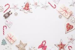 Composição do Natal Decorações de madeira, estrelas no fundo branco Natal, inverno, conceito do ano novo Configuração lisa, vista fotos de stock royalty free