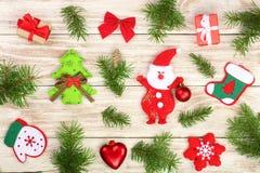 Composição do Natal decorada com ramos do abeto em um fundo de madeira claro imagem de stock