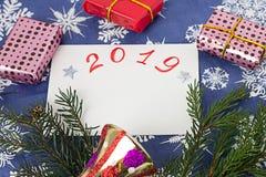 Composição do Natal em um fundo de ano novo, em um presente e em uns ramos do abeto fotografia de stock